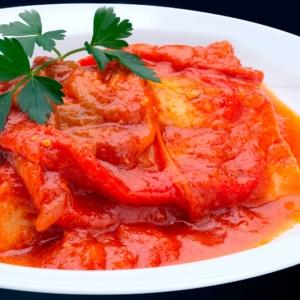 Bacalao con tomate, pimientos del piquillo, pimientos secos..